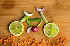 Concetto sano di stile di vita - bici di verdure Immagine Stock