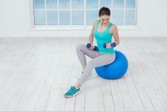 Concetto sano di stile di vita di allenamento di sport della giovane donna Fotografia Stock