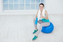 Concetto sano di stile di vita di allenamento di sport della giovane donna Immagine Stock