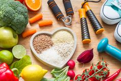 Concetto sano di stile di vita con forma fisica e la medicina vegetariane di dieta del cuore dell'alimento immagine stock libera da diritti