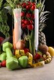 Concetto sano di stile di vita il nastro di misurazione mette in mostra l'attrezzatura di forma fisica ed alimento e succo sani ( immagine stock libera da diritti