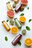 Concetto sano e fresco Succhi differenti e frutti su fondo bianco immagine stock libera da diritti