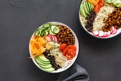 Concetto sano equilibrato pulito R dell'alimento Buddha della ciotola vegetariana di due immagini stock libere da diritti