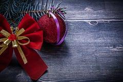 Concetto sempreverde di feste del ramo del pino della bagattella rossa dell'arco di Natale Immagini Stock