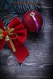 Concetto sempreverde di feste del ramo del pino della palla rossa dell'arco di Natale Immagine Stock