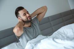 Concetto sistematico quotidiano di mattina di stile di vita dell'uomo del celibe singolo che si sveglia allungando sorridere Fotografia Stock Libera da Diritti