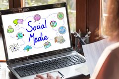 Concetto sociale di media su uno schermo del computer portatile immagini stock