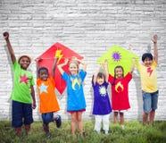 Concetto sorridente dei bambini Colourful dell'aquilone degli amici dei bambini Fotografia Stock