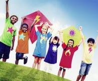 Concetto sorridente dei bambini Colourful dell'aquilone degli amici dei bambini immagini stock libere da diritti