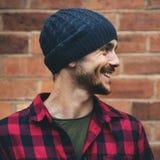 Concetto sorridente della parete di Beanie Hat Hipster Style Brick dell'uomo fotografie stock libere da diritti
