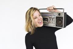 Concetto sorridente della radio di musica di felicità della donna Fotografie Stock
