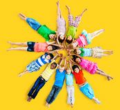 Concetto sorridente di amicizia di felicità dei bambini multietnici Immagini Stock Libere da Diritti