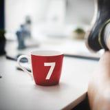 Concetto spensierato di Lucky Seven Coffee Cup Relaxation fotografie stock libere da diritti