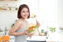 Concetto stante Alimento sano Bello giovane eatin asiatico della donna Immagine Stock Libera da Diritti