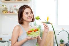 Concetto stante Alimento sano Bello giovane eatin asiatico della donna Fotografia Stock