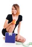 Concetto stante a dieta della giovane donna in buona salute del ritratto Fotografie Stock