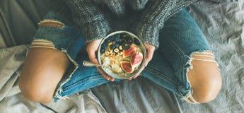 Concetto stante a dieta vegetariano sano della prima colazione di inverno a letto fotografia stock libera da diritti