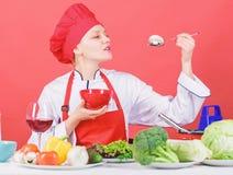 Concetto stante Mangi sano Razione sana Gusto del fungo del cappello di usura della ragazza e di prova del grembiule Tenuta profe fotografie stock