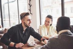 Concetto Startup di riunione di 'brainstorming' di lavoro di squadra di diversità Documento rapporto di Team Coworkers Sharing Wo immagine stock