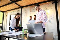 Concetto Startup di riunione di 'brainstorming' di lavoro di squadra di diversità Grafico del computer portatile di Team Coworker Immagine Stock Libera da Diritti