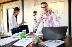 Concetto Startup di riunione di 'brainstorming' di lavoro di squadra di diversità Grafico del computer portatile di Team Coworker Immagine Stock