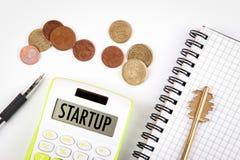 Concetto Startup Finanza di affari e fondo di successo Scrivania bianca con il calcolatore Immagini Stock Libere da Diritti
