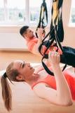 Concetto streching della palestra delle coppie di addestramento degli abiti sportivi Immagini Stock