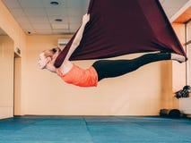 Concetto streching della palestra della donna di addestramento degli abiti sportivi Fotografie Stock Libere da Diritti