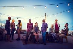 Concetto superiore di chiacchierata di divertimento del tetto della spiaggia del tramonto di diversità Immagine Stock Libera da Diritti