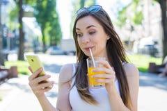 Concetto teenager di tecnologia moderna Ritratto della foto del primo piano di signora comica facente smorfie di sciocchezza umor immagini stock