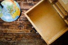 Concetto - tempo di viaggiare valigia, globo fotografia stock