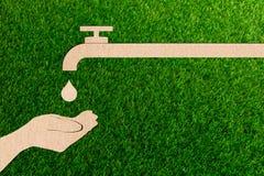Concetto in tensione di ecologia di risparmi dell'acqua di rubinetto della gocciolina del taglio della carta fotografia stock