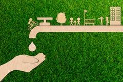 Concetto in tensione di ecologia di risparmi dell'acqua di rubinetto della gocciolina del taglio della carta fotografie stock libere da diritti