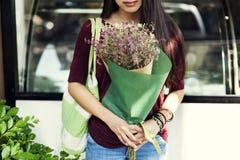Concetto tranquillo pacifico del fiore della ragazza del regalo del fiore del mazzo Fotografia Stock Libera da Diritti