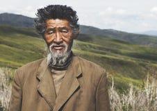 Concetto tranquillo senior di solitudine del campo mongolo dell'uomo del ritratto Fotografia Stock
