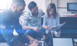 Concetto trattato di lavoro di squadra I giovani colleghe lavorano con il nuovo progetto startup in ufficio Analizzi il documento fotografie stock libere da diritti