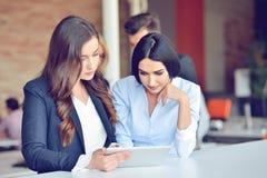 Concetto trattato di lavoro di squadra I giovani colleghe lavorano con il nuovo progetto startup in ufficio Analizzi il documento immagine stock libera da diritti
