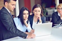 Concetto trattato di lavoro di squadra I giovani colleghe lavorano con il nuovo progetto startup in ufficio Analizzi il documento immagini stock libere da diritti