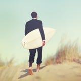 Concetto tropicale di vacanza di Surfboard Beach Summer dell'uomo d'affari Fotografie Stock