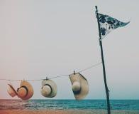 Concetto tropicale di viaggio dell'oceano della linea costiera della spiaggia della bandiera del cappello Fotografie Stock Libere da Diritti