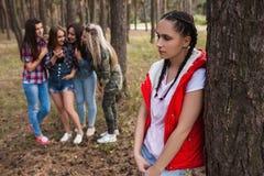 Concetto turbato di disputa di amicizia della foresta della ragazza del gossip immagini stock