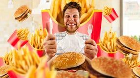 Concetto, uomo ed hamburger degli alimenti a rapida preparazione con le fritture immagini stock libere da diritti