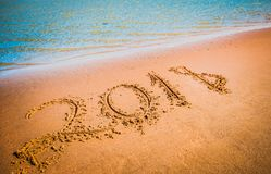 Concetto venente del nuovo anno 2018 Cifre sulla spiaggia di sabbia fotografie stock