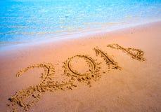 Concetto venente del nuovo anno 2018 Cifre sulla spiaggia di sabbia fotografia stock