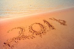 Concetto venente del nuovo anno 2018 Cifre sulla spiaggia di sabbia immagine stock libera da diritti
