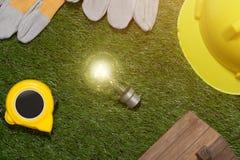 Concetto verde del risparmio energetico e della costruzione: projecj e lavoro della casa Immagini Stock