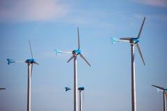 Concetto verde dell'energia rinnovabile - turbine del generatore eolico Immagine Stock Libera da Diritti