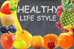 Concetto vivente sano di stile di vita dell'alimento di frutti del fondo misto della lavagna Immagini Stock