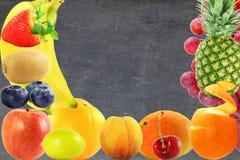 Concetto vivente sano di stile di vita dell'alimento di frutti del fondo misto della lavagna Fotografia Stock