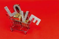 Concettuale dell'introduzione sul mercato nel giorno di S. Valentino Carrello con glit Immagini Stock